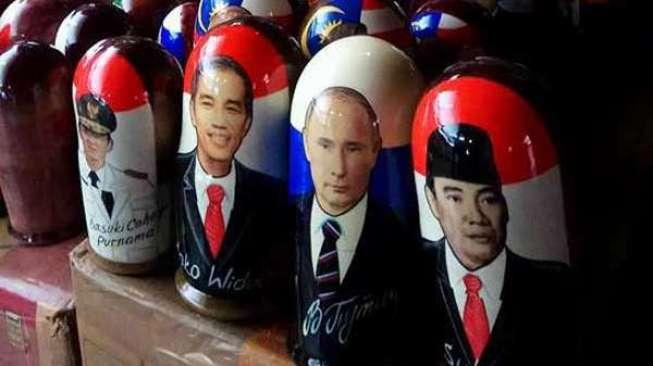 Boneka Bung Karno, Jokowi dan Ahok di Pasar Rusia