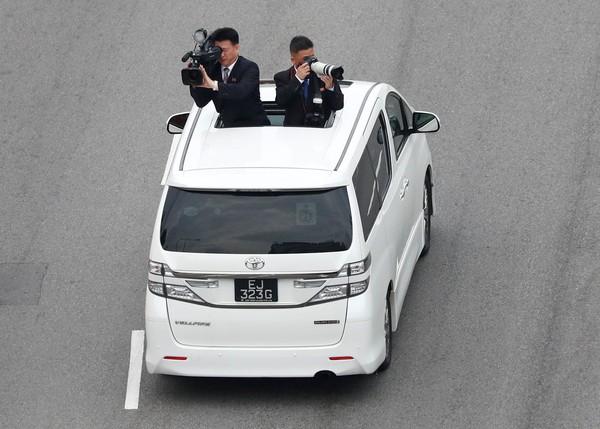 Trump Bawa Sniper, Kim Bawa Kamerawan